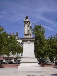 C'est de la statue de Joseph-Marie Jacquard que partira la proemande urbaine sur les pas des mutuellistes croix-roussiens (© Pierre Nouvelle).