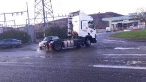 Même si la part des véhicules particuliers reste majoritaire le flux des camions qui évitent l'autoroute va en croissant et rnsportent des marchandises d'une rive à l'autre du Rhône (© Pierre Nouvelle).