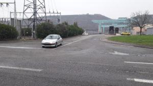 Venat du Rhône et de l'Isère, un fllot de véhicules, voitures ou calions, a du mal à franchi le pont barrage de Vaugris qui relie le Rhône et l'Isère (© Pierre Nouvelle).
