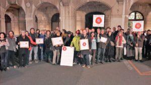 Le week-end de mobilisation dans les rues a débuté vendredi soir à Vienne comme dans beaucoup d'autres villes par le ressemblement Nous voulons des coquelicots (© Pierre Nouvelle).