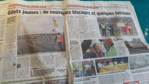 Depuis le début du mouvement des Gilets jaunes, la presse régionale a suivi la mobilisation, comme ici Le Dauphiné libéré (© Pierre Nouvelle).