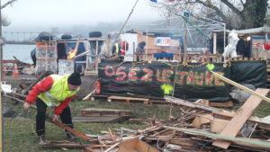 Les bénévoles se sont relayés sans dicontinuité depuis le 17 novembre, ceratin.e.s dormant même sous la tente à tour de rôle pour garder le campement (© Pierre Nouvelle).