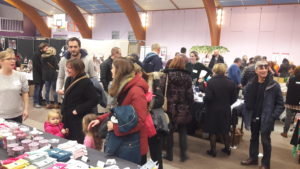 Plusieurs centaines de personnes se pressaient lsimanche 2 décembre 2018 dans le gymnase d'Ampuis pour le traditionnel marché de Noël (© Pierre Nouvelle).