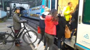 Trains bondés et en retard constituent le lot quasi quotidien des usagers des trains e la vallée du Rhône (© Pierre Nouvelle).