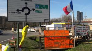 Le grand débat qui devrait débuter le 15 janvier 2019 est directement issu du mouvement des Gilets jaunes qui perdure (© Pierre Nouvelle).