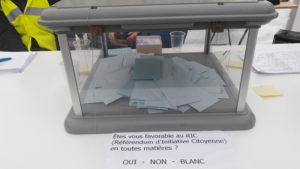 Le référendum d'initaive citoyenne peut(il etre un outil supplémentaire dans la vie démocratique française ?, telle est la question posée aux électeurs d'un des trois bureaux de vote de Saint-Clair-du-Rhône (© Pierre Nouvelle).