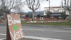 A défaut d'avoir été accueilli en mairie, c'est en face sous une tente que les Gilets jaunes ont installé leur bureau de vote © Pierre Nouvelle).