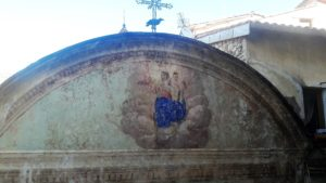 Anciennes chapelles et église toujours en service offrent des trésors qui méritent de s'y arrêter (© Pierre Nouvelle).