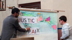 Faire sauter les barrières de la haine et de la violence por que justice et paix se rencontrent (© Pierre Nouvelle).