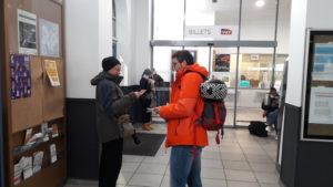 Les usager.e.s rencontré.e.s lors des distributions de tracts expirment spontanément leur ras-le-bol des conditions de transport ferroviaire (© Pierre Nouvelle).