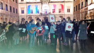 Chaque mois, le 1er vendredi à 18h30, les partisans du Mouvement Nous voulons les coquelicots se réunissent devant la mairie de France (© Pierre Nouvelle).