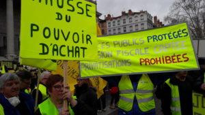 Parmi les 500 manifestants en Gilets jaunes au départ de l'ancien Palais de justice de Lyon, et les revendications sur le pouvoir d'achat étaient très présentes (© Pierre Nouvelle).