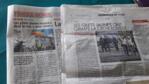 A Lyon, comme ailleurs en France, le mouvement se poursuit et les Gilets jaunes continuent à populariser leurs revendications (© Pierre Nouvelle).
