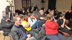 CHque semaine, la salle de réunions de la Maison des associations de Vienne fait salle comble lors de l'assemblée citoyenne des Gilets jaunes (© Pierre Nouvelle).