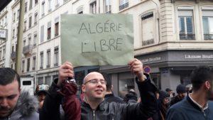Environ 200 personnes ont manifesté ce samedi 2 mars 2019 aux abords du consulat d'Algérie à Lyon pour demander plus de liberté et de démocratie (© Pierre Nouvelle).