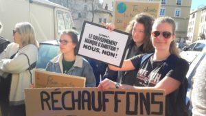 Comme les lycéens et étudiants la veille, les manifestants en ont appelé aux responsables politiques en général et au gouvernement an particulier (© Pierre Nouvelle).