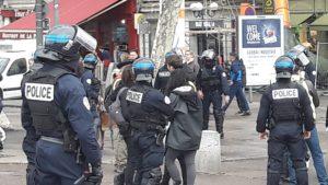 depuis le 17 novembre et mes premières manifestations des Gilets jaunes, des journalistes sont malmenés, mais samedi 20 avril 2019, c'est à des arrestations préventives auxquelles ils ont eu droit à Paris (© Pierre Nouvelle).