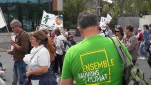 Des militants écologistes et des syndicalistes s'affichent dans les manifestations pour la sauvegarde de la planète (© Pierre Nouvelle).