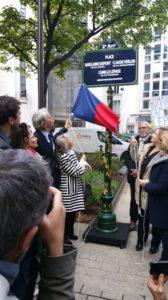Jacques Boutault, maire du 2e arrondissement de Paris et Marie-Solange, la mère de Ghislaine Dupont ont dévoilé la plque commémorative en mémoire des tous journalistes ( © DR/J Association des amis de Ghislaine et Claude ).