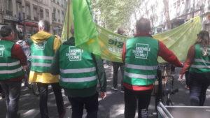 Attestant que la mouvance écologiste est diverse sur le plan social, des membres du parti EELV étaient présents dans le cortège CFDT d'un côté et CGT de l'autre © Pierre Nouvelle ).