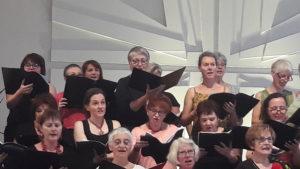 Une centaine d'interprètes issus du choeur des HCL, del l'Ensemble vocal Vincent d'Indy et de la Schola de la Maîtrise d'Autun ont célébré ces oeuvres aux côtés de trois solistes lyriques et de l'orchestre hospitalier de Lyon ( © Pierre Nouvelle ).