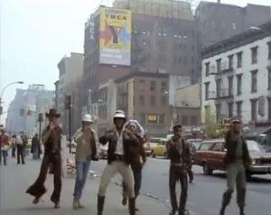 Devant la résidence d'accueil de YMCA à New York, le groupe Village People a tourné le clip d'une chanson qui fait toujours danser ( © DR )