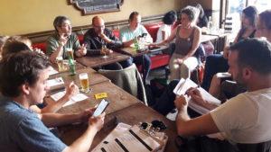 Comme toute action, cela démarre par des contacts individuels et se poursuit au café pour finaliser les modalités ( © Pierre Nouvelle ).