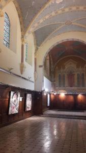 La longue nef de la chapelle permet aux toiles de se situer dans l'espace de ce lieu qui laisse s'exprimer la spiritualité ( © Pierre Nouvelle ).