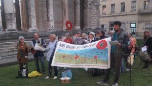 Une trentaine de militantes et de militants se sont réuni;e.s pour chanter entre l'hôtel de ville et le théâtre d'Auguste et Livie à Vienne ( © Pierre Nouvelle ).
