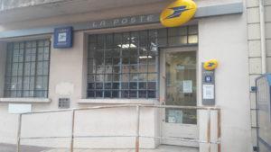 Le bureau de poste ouvert le matin, et le distributeur automatique de billets seront fermés à compter de la mi-novembre ( © Pierre Nouvelle ).