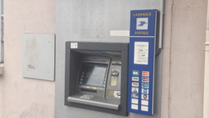 Non contente de ferme le bureau, c'est aussi le distributeur de billets que la Poste va fermer ( © Pierre Nouvelle ).