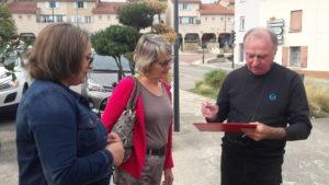 Devant la mairie de Chuzelles, on a recueilli des signatures contre les pesticides ( © Pierre Nouvelle ).