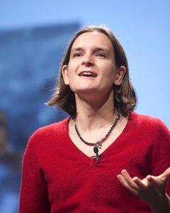 PLus connue aux Etats-unis qu'en France, son pays d'origine, cette jeune économiste méritait bien la reconnaissance de l'Académie des Nobel ( © DR/Wikipédia ).
