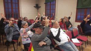 Parallèlement à l'occupation du rond-point, l'assemblée citoyenne hebdomadaire a peris de s'informer, de débattre, de se former et de voter sur le cahier des revendications ( © Pierre Nouvelle ).