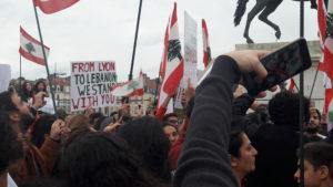 A Lyon, dimanche 20 octobre 2019, une centaine de jeunes libanais manifestaient Place Bellecour en solidarité avec la contestation dans leur pays ( © Pierre Nouvelle ).