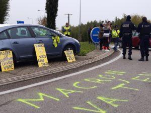 A Vienne (Isère), les fonctionnaires du commissariat étaient sur le terrain ce samedi 16 novembre 2019 en bordure du rond-point occupé par les Gilets jaunes ( © Pierre Nouvelle ).