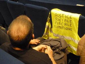 Une salle assez sympathisante a dialogué avec une dizaine de personnes, mmebres de groupes de Gilets jaunes de Lyon et de l'Isère ( © Pierre Nouvelle ).