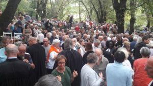 C'est dans le cadre très champêtre de la forêt de chênes et de châtaigniers de Mialet que les fidèles réunis près du Musée du protestantisme ont écouté des paroles fortes sur le devenir de la planète ( © Pierre Nouvelle ).