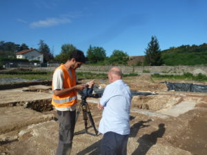 En grand nombre, les journalistes français et étrangers sont venus en reportage sur ce chantier de fouilles exceptionnel( © Pierre Nouvelle ).