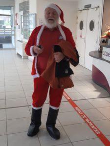 Le Père Noël, avec une hotte débordante de chansons voyage partout, même jusqu'à l'hôpital rhodanien de l'Arbresle ( © Pierre Nouvelle ).