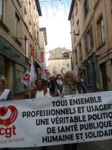 A Vienne, les personnels de santé menaient la manifestation qui a réuni 1500 personnes ( © Pierre Nouvelle ).
