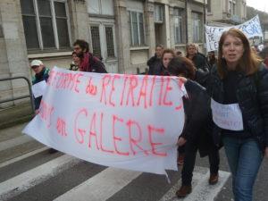La réforme des retraites annoncée engendre des inquiétudes croissantes comme en témoignaient de nombreuses pancartes et banderoles ( © Pierre Nouvelle ).