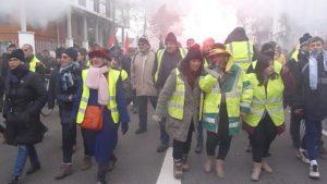 Les femmes et les retraités en gilet jaune ou pas étaient ne tête de manifestation ( © Pierre Nouvelle ).