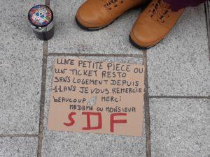 Alors que les rues sont animées par des passants qui vont faire leurs achats, des SDF tendent la main...pour survivre © Pierre Nouvelle ).