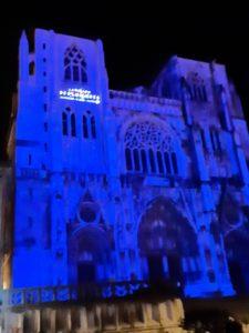 L'atelier oullinois Les artisans de lumière et le créateur Gérard Coudène ont habillé de mille feux la cathédrale saint Maurice de Vienne ( © Pierre Nouvelle ).