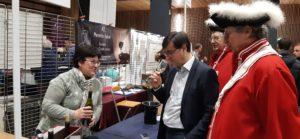 Parmi les nombreux visiteurs, le maire de Vienne s'est arrêté en connaisseur pour goûter les vins de Cécile Marthouret, une vigneronne dauphinoise installée à Assieu ( © Pierre Nouvelle ).