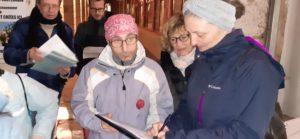 le rassemblement mensuel devant la mairie est toujours l'occasion de recueillir des signatures pour la pétition nationale ( © Pierre Nouvelle ).