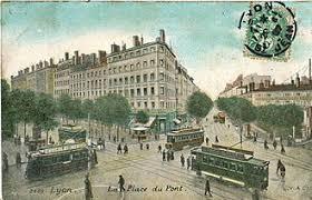 A la différence des Pays nordiques ou de l'Est et de la Suisse, la circulation des trams a été arrêtée en 1956 à Lyon, avant d'être remise sur rail cinquante ans plus tard reprenant un certain nombre des tracès anciens ( © DT/Wikipédia ).