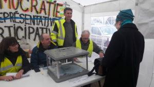 Les 13 et 14 janvier 2019, ils tenaient un bureau de vote sous une tente face à la mairie où les habitants ont pu mettre en œuvre un référendum d'initiative citoyenne ( © Pierre Nouvelle ).