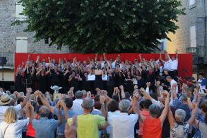 La place d'Antraygues (Ardèche) où Jean Ferrat aimait à jouer à la pétanque reste un haut-lieu propice à des rassemblements fraternels ( © DR/Maison Jean Ferrat ) ).